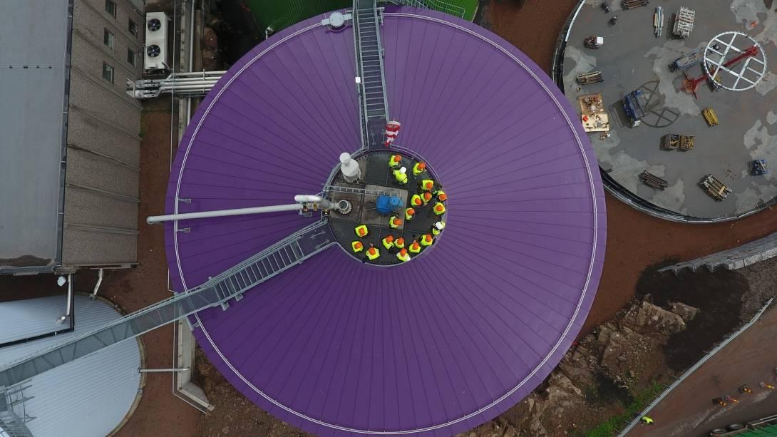 Den magiske fabrikken. Et bilde av en lilla silo sett fra luften